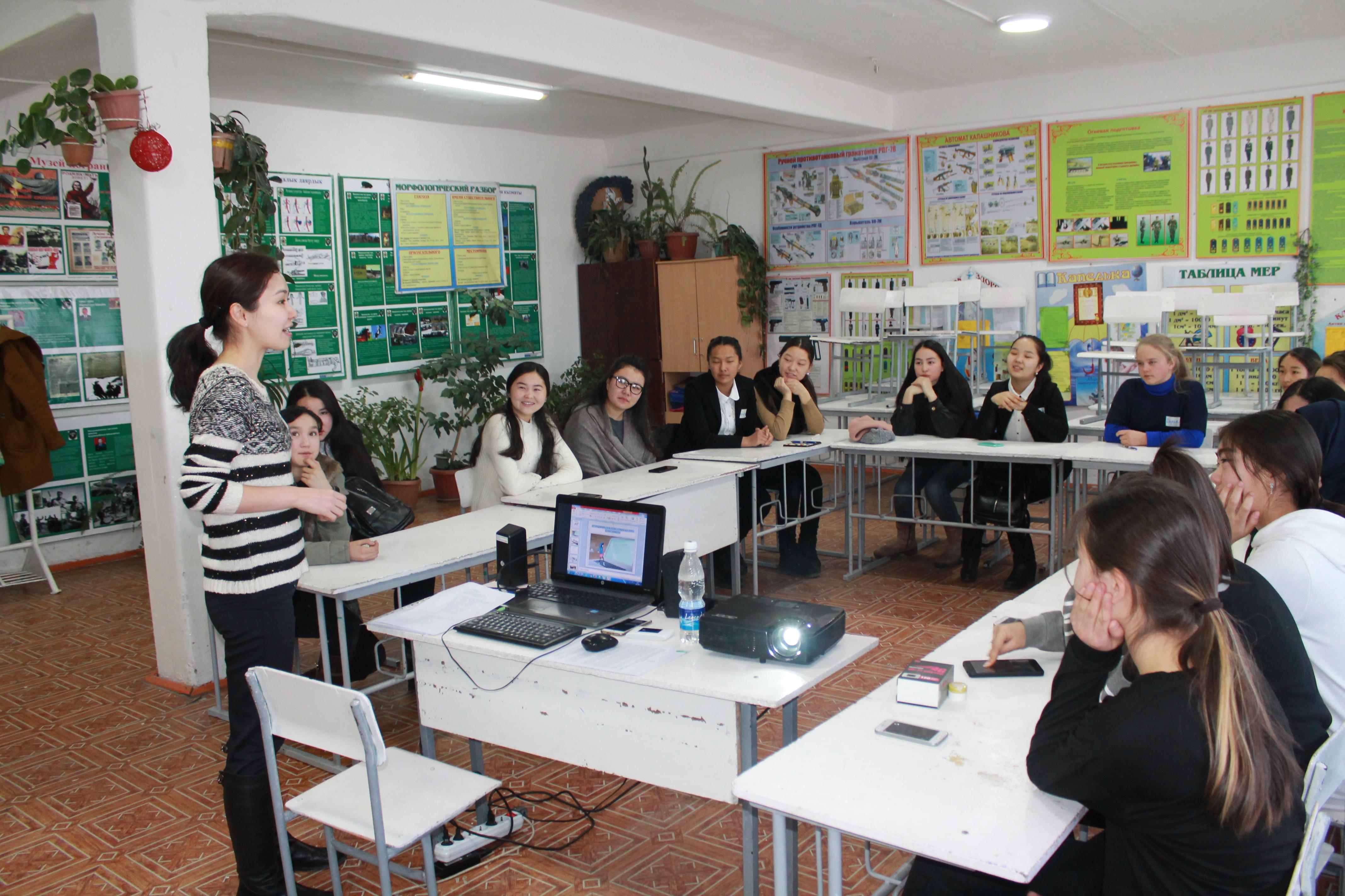 Юные программисты Каракола Юные ученые получили знания в сфере it создавали собственные приложения для телефонов узнали тонкости работы в сфере веб программирования на практике